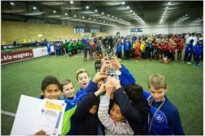 Stolzer und verdienter Sieger: Die D1 mit dem Kreisklasse-Pokal bei der Hallenstadtmeisterschaft 2016